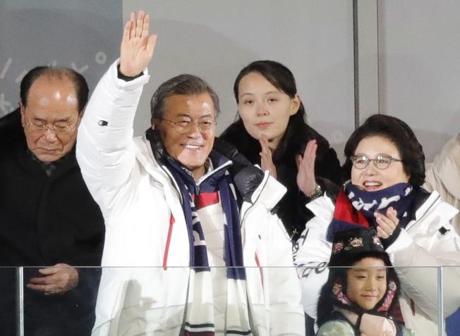 南韓總統文在寅伉儷9日出席平昌冬奧開幕式,北韓領導人金正恩胞妹金與正與北韓高官團長金永南站在後方。(路透)