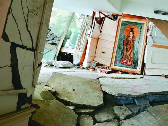搜救隊9日進入雲門翠堤大樓內部,被震塌現場有一幅觀音像,引人注目。 (記者陳柏亨/攝影)