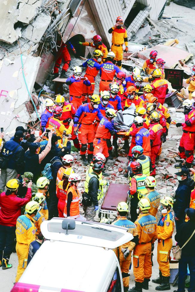 花蓮強震,漂亮生活旅店住客加拿大籍港裔夫妻蘇煒禧、蕭敏渝不幸罹難,搜救人員9日將兩人遺體送出。(記者曾吉松/攝影)