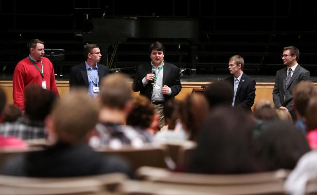 部分參選堪薩斯州州長的青少年去年10月在一場論壇上發表政見;站在右二的柏格森僅16歲,其餘均為17歲。(Getty Images)