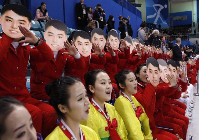 北韓美女啦啦隊戴面具賣萌。路透