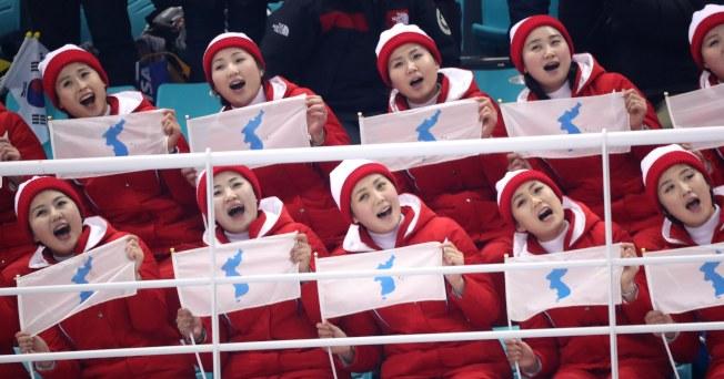 為兩韓合組冰球隊加油的北韓美女啦啦隊。歐新社