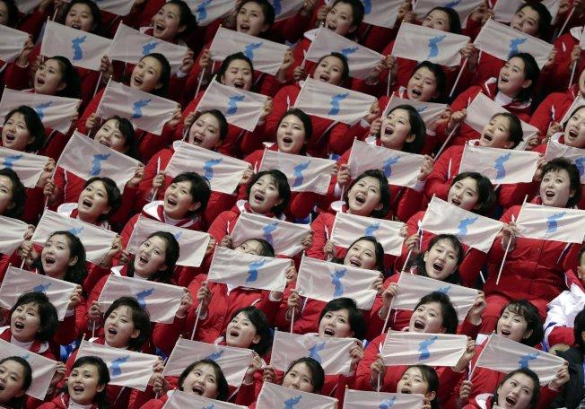 北韓美女啦啦隊賣力演出,嗨翻全場。美聯社