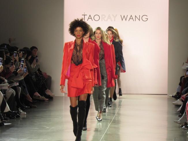 王陶本季設計以俄國凱瑟琳大帝為靈感,用大紅與軍綠色表達該品牌的「強勢、性感、前衛」精髓。(記者顏嘉瑩/攝影)