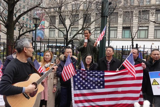 華裔社區代表抗議政府削減親屬移民。(記者金春香/攝影)
