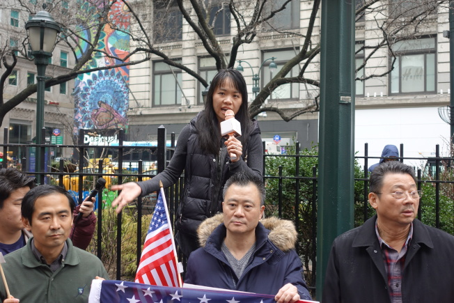 黃美馨(發言者)以自己的經歷強調親屬移民的重要性。(記者金春香/攝影)