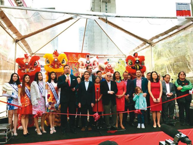 舊金山市長麥法恩(前排左五)、中華總商會會長陳傑民(前排右七)和眾多民選官員齊聚年宵花市,向華埠民眾拜年。(記者黃少華/攝影)