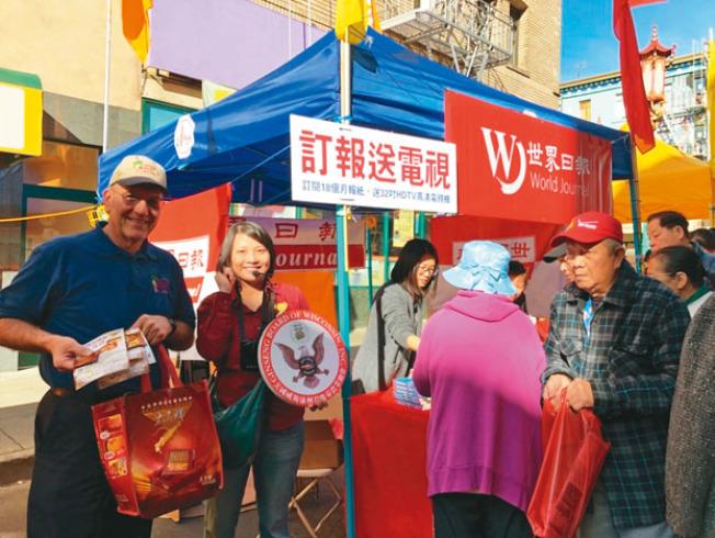 花旗參農戶合作社的主席Randall Ross(左一)在太子行亞裔市場營銷經理Ida Chan(左二)陪同下親臨本報攤位,向民眾免費派發了200包花旗參茶包。(記者黃少華/攝影)