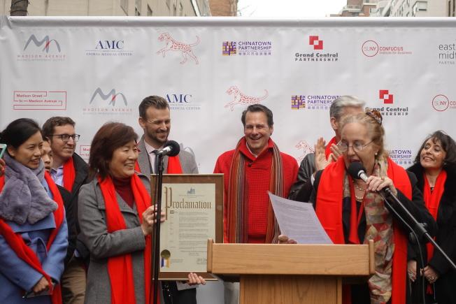 曼哈頓區長高步邇( 右二)將2018年2月10日定為麥地臣街到麥迪遜大道農曆新年日。前排左二為中國駐紐約總領事章啟月。(記者金春香/攝影)