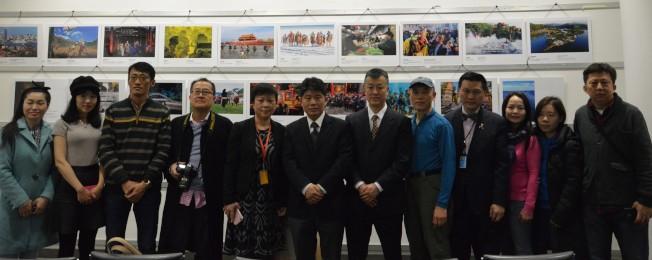 陳曦(左五起)、李立言和周煥新拉開新時代「中國故事」攝影展的帷幕,該活動將持續至23日。