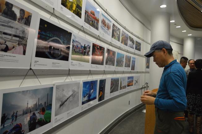 新時代「中國故事」攝影展在法拉盛圖書館拉開帷幕。(記者牟蘭╱攝影)