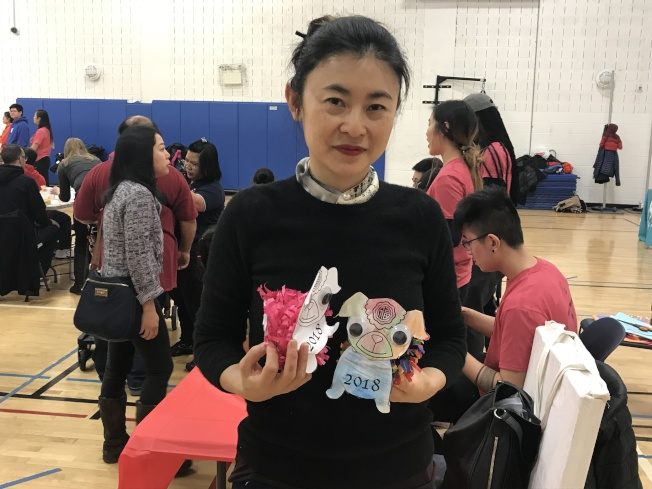 獨立藝術家馬文和她設計的「看門狗」玩偶。(記者和釗宇/攝影)