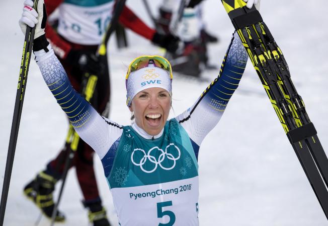 瑞典選手卡拉贏得越野滑雪女子15公里雙追逐冠軍,奪得本屆冬奧首金。(TNS)