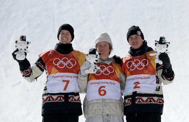 冬奧坡面障礙技巧男子組比賽,美國小將瑞德.傑拉德以87.16分爆冷奪美國首金,兩名加拿大選手分獲銀、銅牌。(美聯社)