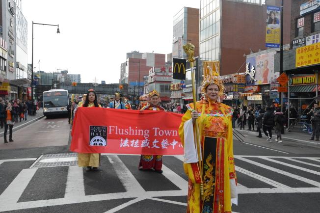 第四屆新春廟會10日在法拉盛文藝會展中心拉開帷幕,當日吸引近千人。(記者牟蘭/攝影)