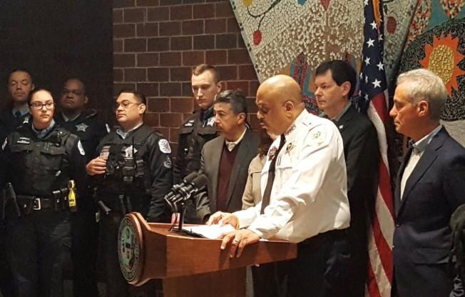 芝加哥市長伊曼紐(前右一)日前才與芝加哥警察局、聯邦菸酒槍械管理局,共同宣布成立防制劫車小組。(芝警局發言人Anthony Guglielmi推特)