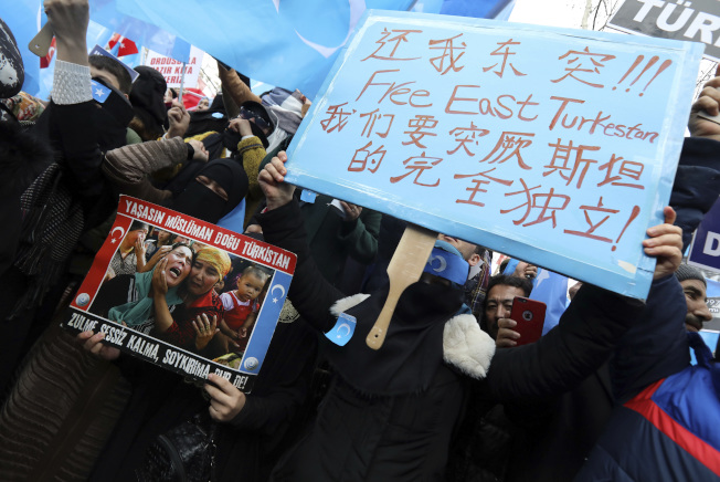 數百位旅居在土耳其的中國新疆維吾爾族穆斯林,本月5日揮著「東突厥斯坦伊斯蘭運動」旗幟,抗議北京對他們在新彊的鎮壓。(美聯社)