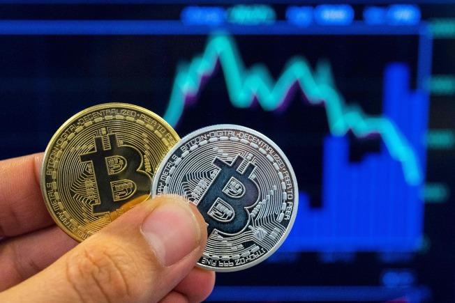 比特幣本為虛擬貨幣,但交易店也有象徵性的比特幣。(Getty Images)