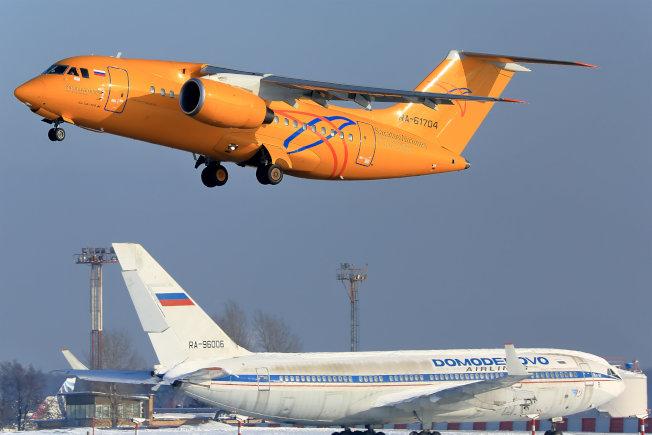 如圖上的一架俄羅斯「薩拉托夫航空」的安托諾夫「AN-148」型客機11日起飛後不久墜毀。(路透)