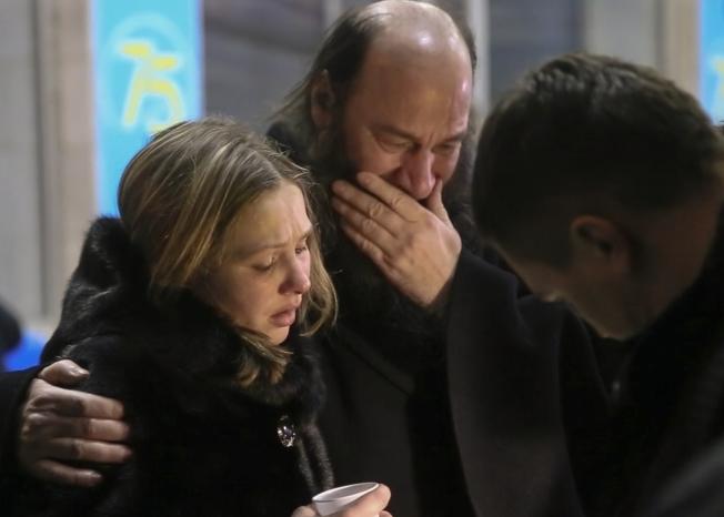 11日起飛後不久墜機的「薩拉托夫航空」國內線班機,罹難者親友不勝哀傷。(美聯社)