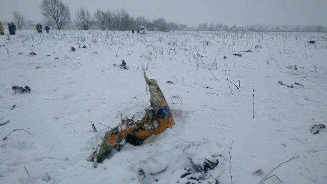 11日起飛後不久墜機的「薩拉托夫航空」國內線班機,散落的殘骸。(路透)