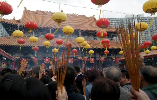 香港黃大仙祠除夕將通宵開放,為了方便市民捐獻,黃大仙祠亦於新春期間,試行推出以支付寶捐獻的電子捐款計畫。(中通社資料照片)