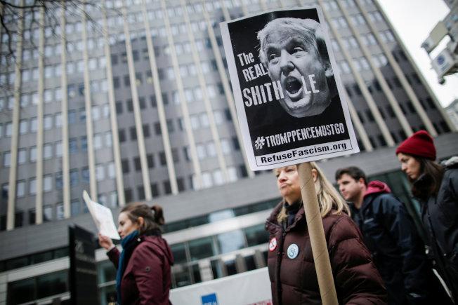 包括華人在內的各族裔10日在紐約市集會,抗議川普政府的移民政策。(路透)