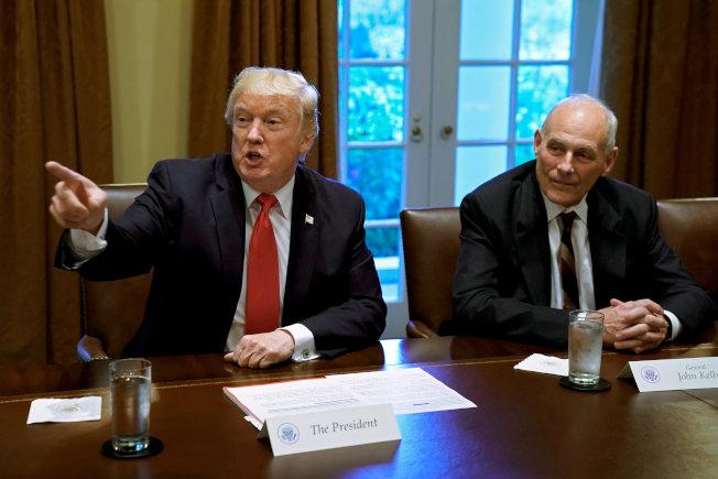 川普總統(左)透過幕僚再次重申信任白宮幕僚長凱利(右)。(路透)