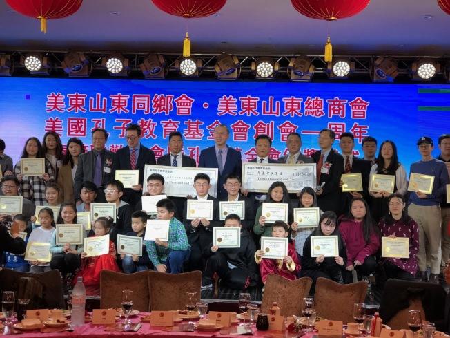 優秀華裔學子獲頒孔子獎學金,後排右七為王立智、右八為邱艦。(記者朱蕾/攝影)