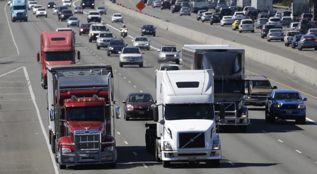 華盛頓州塔柯馬港外的公路是重要運輸動脈,急需整修。(美聯社)