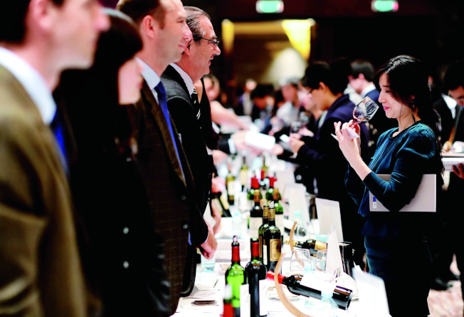 業者指出,中國很大一部分葡萄酒都是「貼標酒」。圖為北京一場葡萄酒品嘗會。(中新社資料照片)