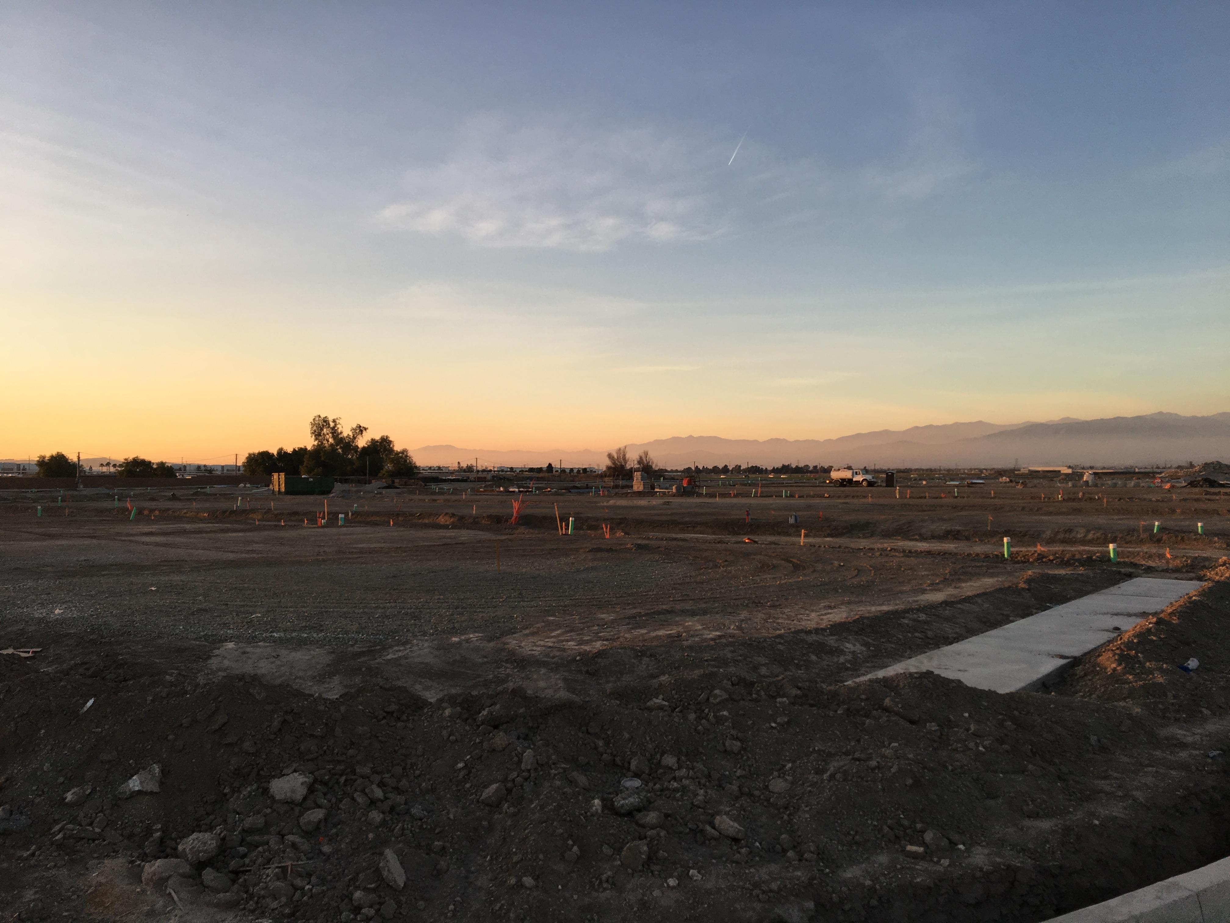 內陸地區開發住房工地隨處可見,且住房平均售價要比聖谷西區少了近半,吸引不少華人在內陸購屋。(記者啟鉻/攝影)