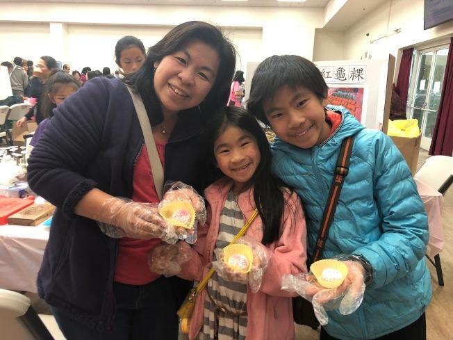 陳鳳伶帶著兩個孩子一起到現場體驗紅龜粿製作,希望能帶給孩子更多年節回憶。(記者林亞歆/攝影)