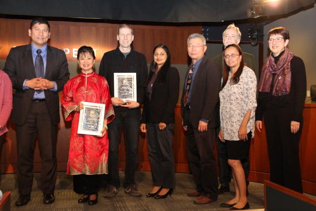 畫家陳菊美(左二)獲頒庫比蒂諾2017年度傑出藝術家獎。左為庫比蒂諾市長蒲仲辰(Darcy Paul)。(記者李榮/攝影)