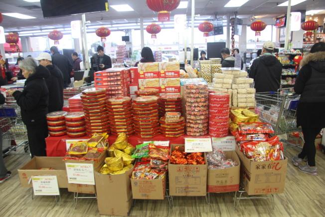各個華人超市都設置了春節專櫃。(記者仇家奇/攝影)