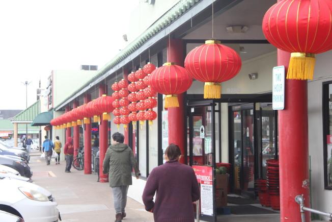 超市門前掛紅燈籠,帶來濃濃的春節氣氛。(記者仇家奇/攝影)