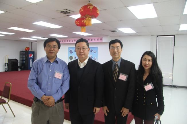 休士頓中領館和中國人活動中心合作辦理健在證明多年。左二為中領館副總領事王昱,左一為范玉新。(仇家奇/攝影)