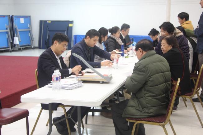 休士頓中領館工作人員在中國人活動中心為華裔長者辦理健在證明。(記者仇家奇/攝影)