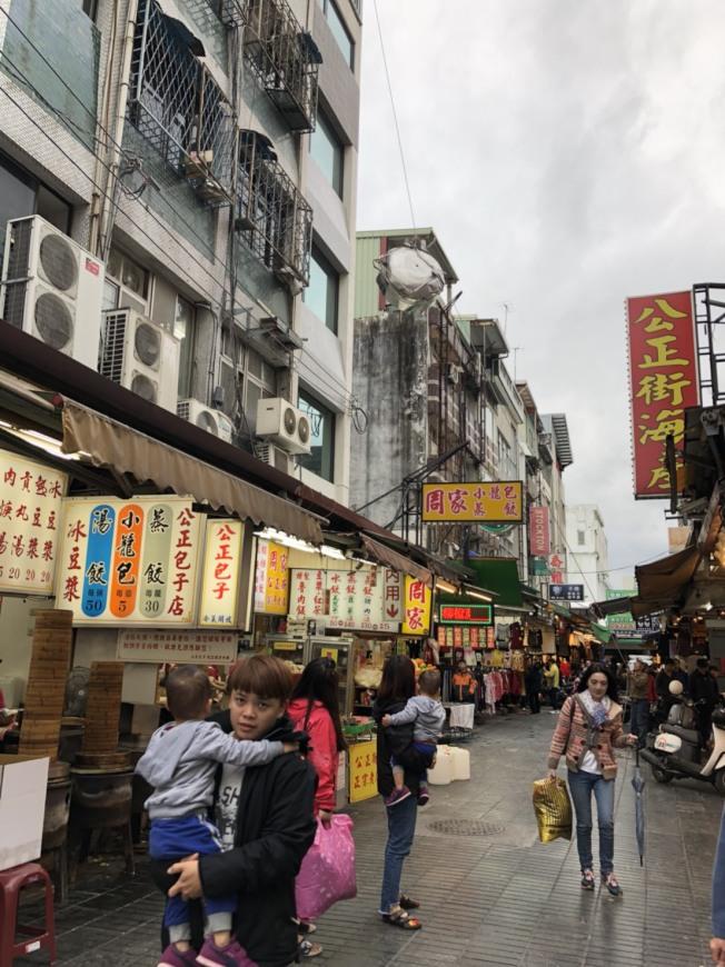 受地震影響,觀光客提早結束行程或取消行程,花蓮市知名的公正街包子店,近日生意下滑三成左右。(記者王慧瑛/攝影)