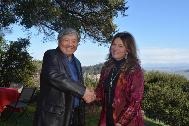 麥克納爾的玄孫女、人道主義組織「和平之源」創始人庫恩(右),非營利組織「中國營之友」董事會成員黎志耀(左)11日聯合啟動中國營地保護計畫。(記者劉先進╱攝影)