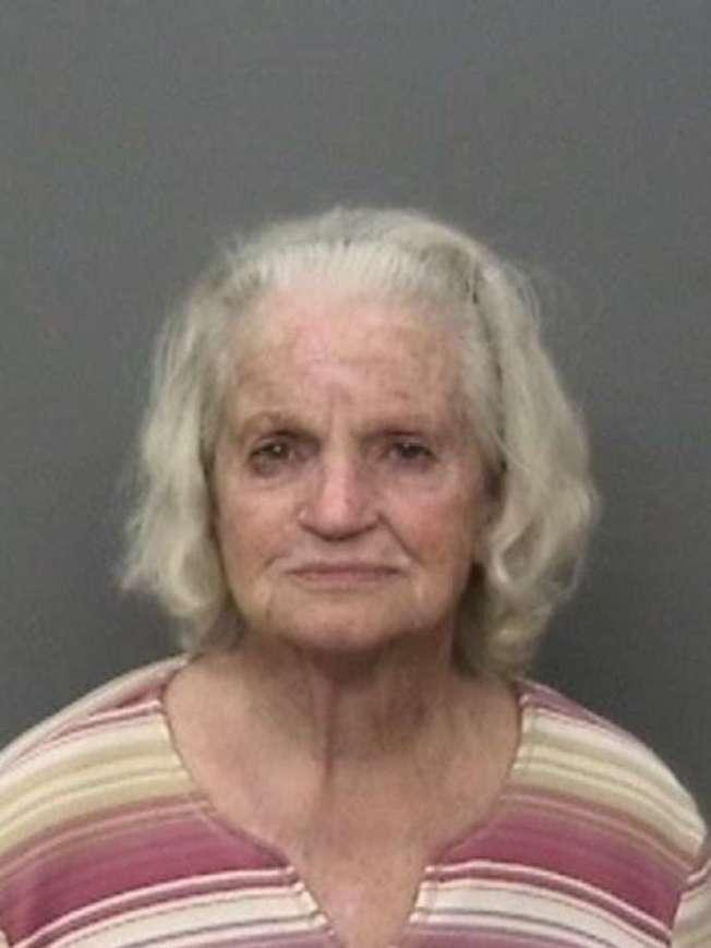 84歲老婦桑德斯涉嫌對鄰居子女開槍被捕。(沙斯達縣警局提供)