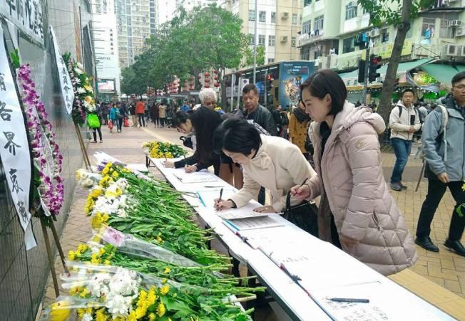 葉劉淑儀(右二)到大埔簽悼念冊。(取材自臉書)