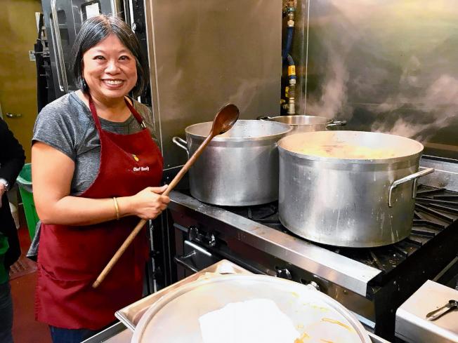圖為精於廚藝的李麗嫦,為散房家庭煮豉油雞。(記者李秀蘭/攝影)