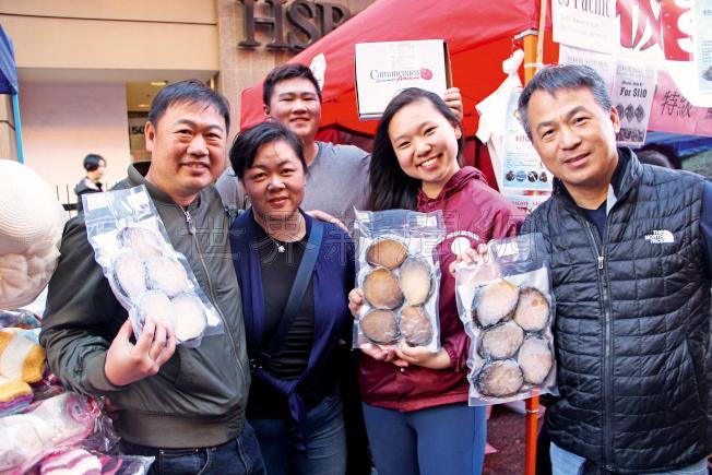 在街會上賣鮑魚很多年的顏氏一家表示,今年生意比去年好,周末兩天大約買了2000包。(記者李晗/攝影)