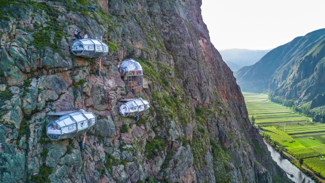 秘魯神聖谷的懸空玻璃旅館,讓遊客可以俯瞰峽谷美景。(取材自Natura Vive)
