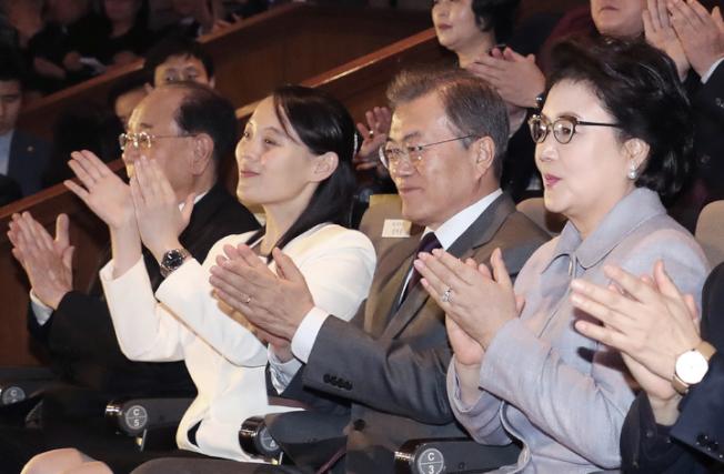 南韓總統文在寅(右二)與金正恩胞妹金與正(右三)頻繁接觸,11日晚間一同欣賞三池淵管弦樂團在南韓的最後演出。(美聯社)
