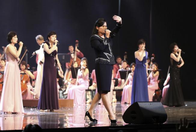 三池淵管弦樂團11日舉行南韓最後一場演出,團長玄松月特別登台獻唱。(美聯社)