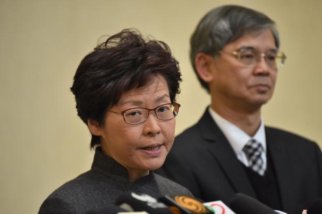 香港特區行政長官林鄭月娥(左)12日宣布,因早前發生九巴翻側的嚴重車禍,將取消年初二煙花匯演。(中通社)