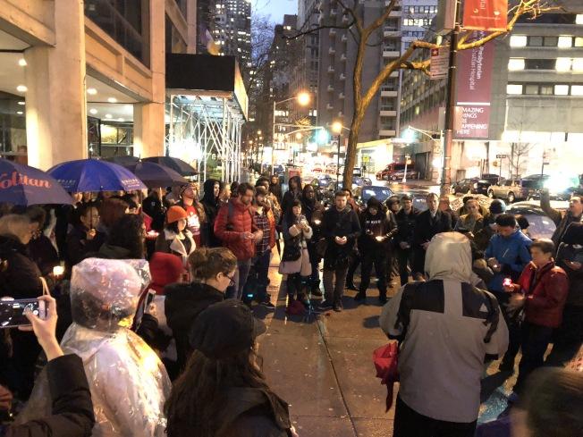 數十名支持者冒雨舉行燭光晚會。(記者洪群超╱攝影)