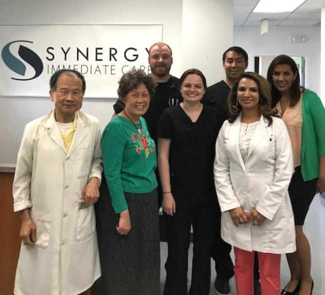 綜合應急中心的創辦人張佐本博士(左)和其醫療團隊